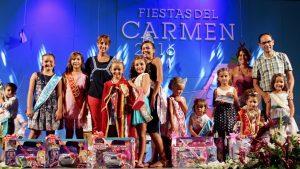 Imagen de los representantes del Ayuntamiento de Mogán junto a los niños y niñas premiados durante la gala de elección de la Reina Infantil de las Fiestas del Carmen de Playa de Mogán 2016