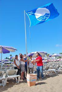Izado de la bandera azul en Playa de Mogán
