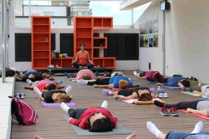 Una de las sesiones de yoga en la terraza-azotea de la Biblioteca Insular - copia